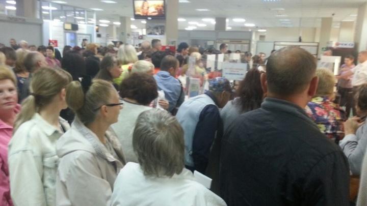 «Люди в 4:30 утра приходят»: в МФЦ каждое утро собирается огромная очередь