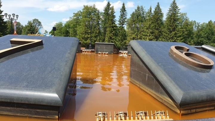 Проржавели трубы: уфимцев возмутила оранжевая вода в фонтане за 80 миллионов рублей