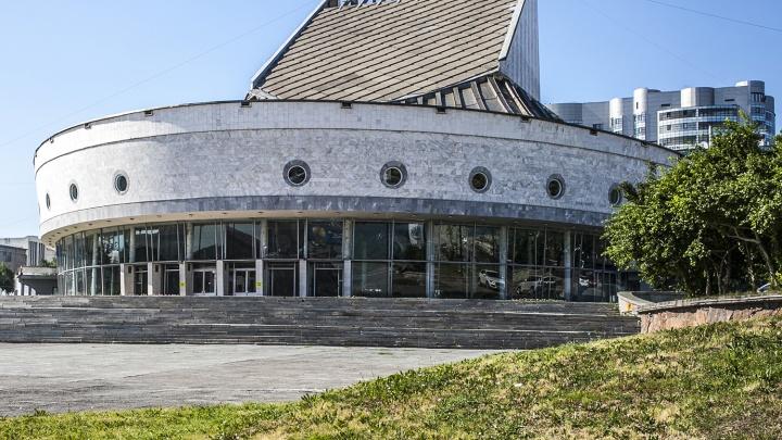 Новосибирский театр меняет старый паркет на мрамор