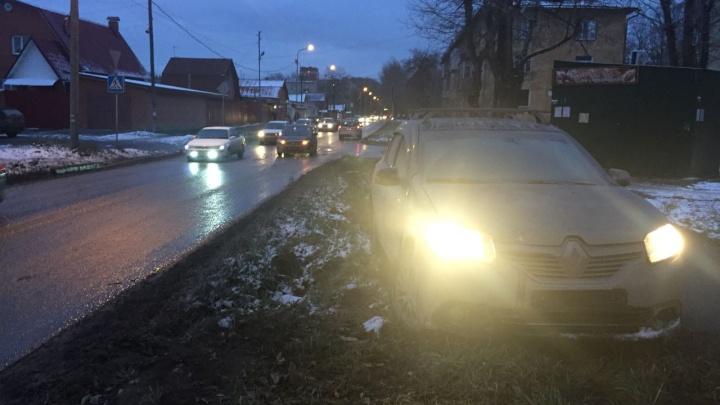 «Рено» снёс дорожный знак и выехал на тротуар после удара о «Форд»