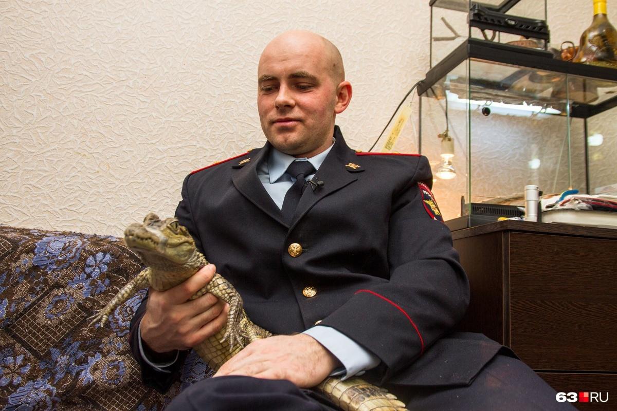 Рот крокодилу Гене полицейский перематывает скотчем — иначе, говорит, можно отвлечься и остаться без руки