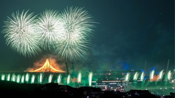 Тигр, салют и россияне в сером: 10 самых ярких кадров с церемонии открытия Олимпиады