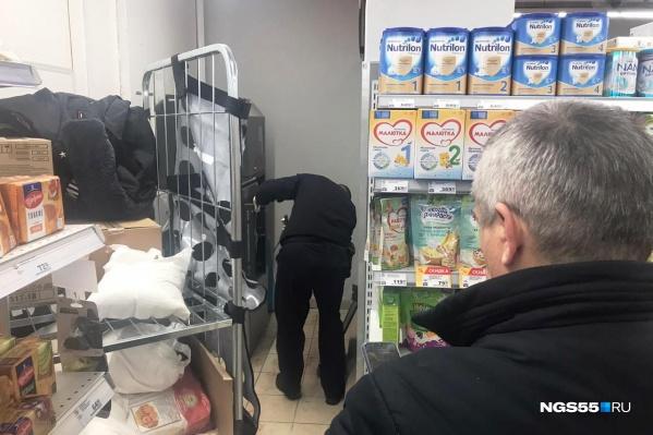 Криминалист взял отпечатки пальцев с крышки банкомата, а также изнутри сейфа