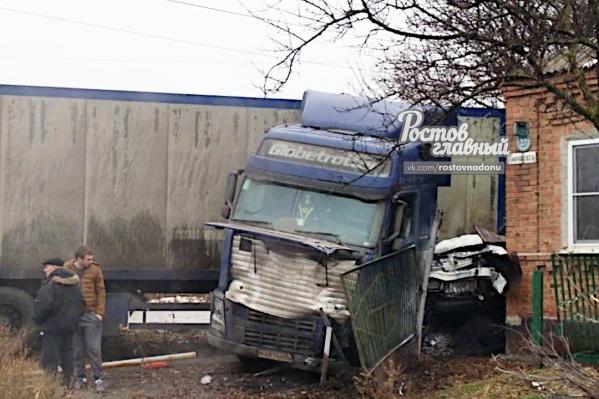 В аварии пострадал водитель легковушки