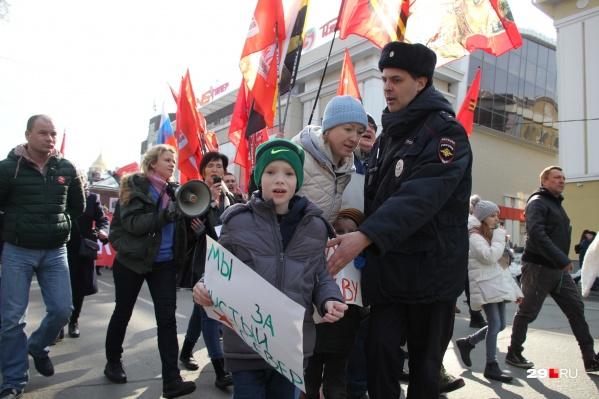 Майор полиции Алексей Огорелков пытается разогнать толпу