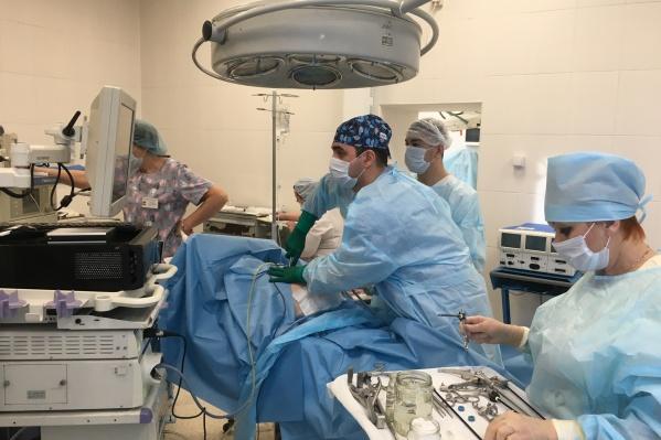 Хирурги удалили 3-килограммовую опухоль за полтора часа. На фото в центре — оперирующий хирург Аршак Асатрян