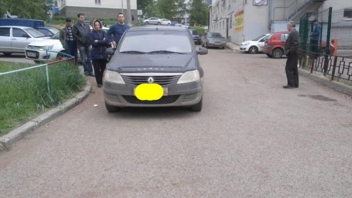 Водитель на Renault Logan ехал задним ходом и сбил 80-летнюю бабушку