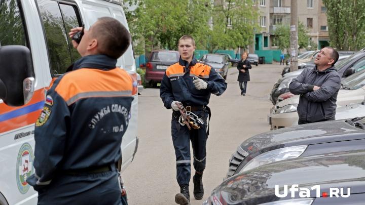 Сократил путь: уфимские спасатели вытащили из трехметровой ямы 83-летнего пенсионера