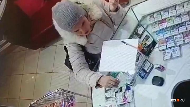 Обиженная покупательница стащила из секс-шопа на Эльмаше эротическое белье. Видео