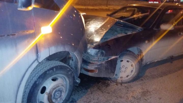 В лобовом столкновении двух автомобилей пострадала девушка