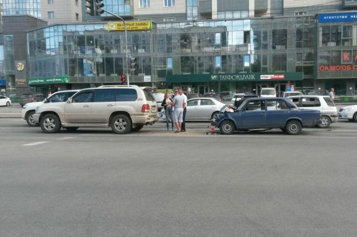 Авария произошла в 18:30 возлеТРЦ «Сибирский Молл»