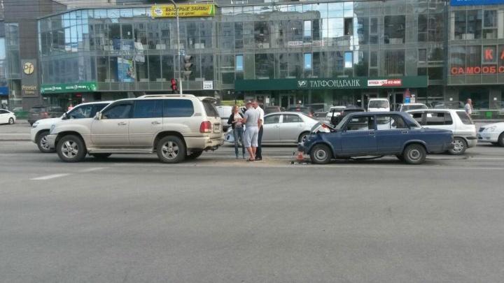 ВАЗ протаранил «Лексус» на Фрунзе: женщину увезли на «скорой»