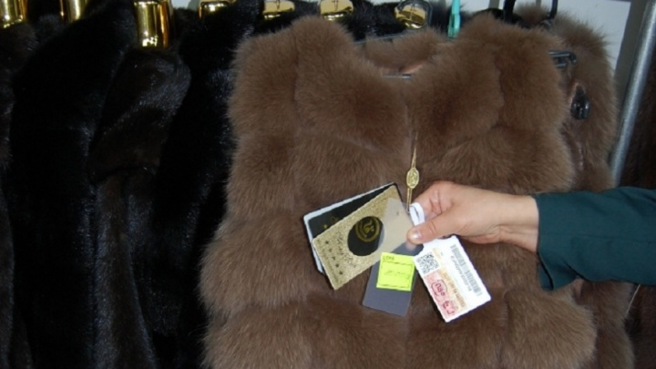 В уфимском торговом центре мужчина нелегально продавал шубы