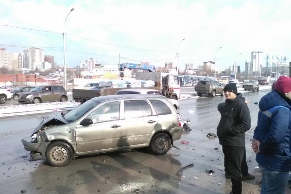 Авария произошла недалеко от торгового центра «Аура»