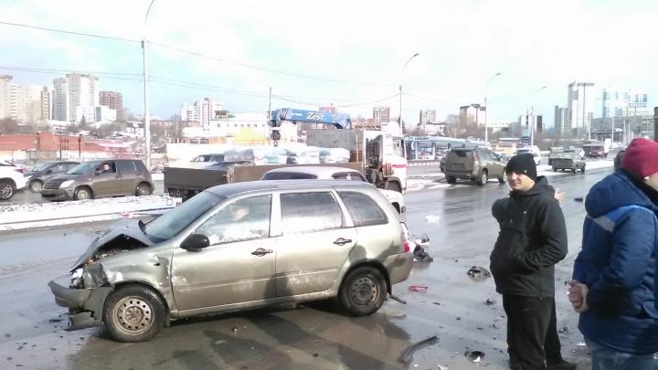 Массовая авария возле «Ауры»: четверых увезли в больницу