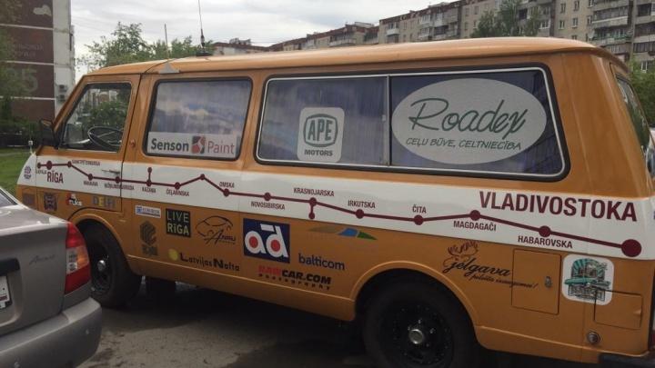 Урал пересекает колонна старинных РАФиков, которые совершают автопробег из Риги во Владивосток