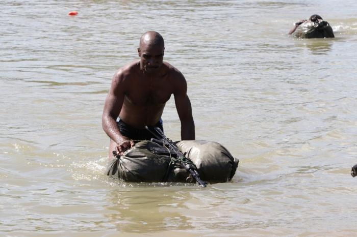 Конкурсанты проплыли больше 100 метров с оружием и водонепроницаемыми мешками