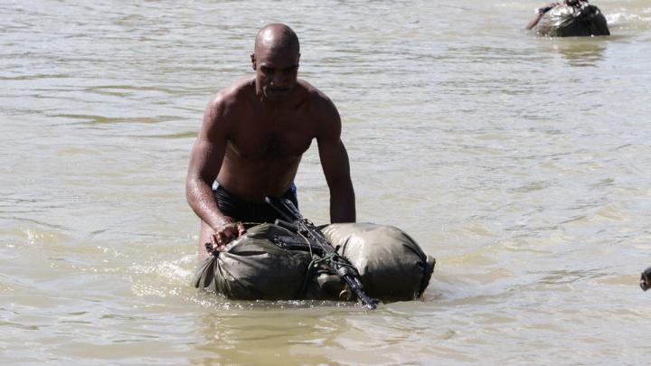 Вооружённые разведчики из Судана и Зимбабве проплыли стометровку под Новосибирском