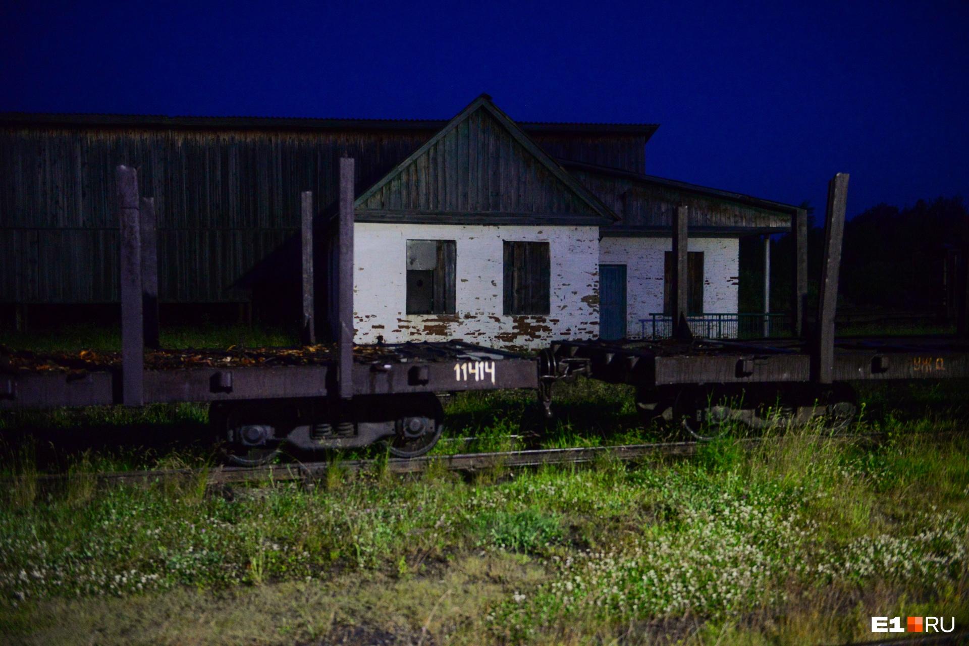 За окном спят грузовые платформы, на которых здесь иногда возят лес