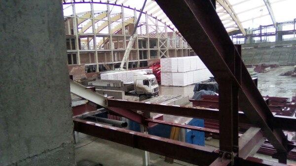 У разрушенного стадиона «Енисей» появились новые стены. Показываем, что происходит на стройплощадке