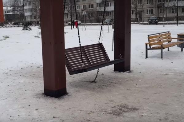 Теперь вместо качелей в «Зарусье» — пошатывающаяся скамейка