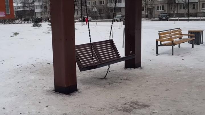 «Старую клячу нам тоже не надо»: архангельский блогер — об обездвиженных качелях в парке «Зарусье»