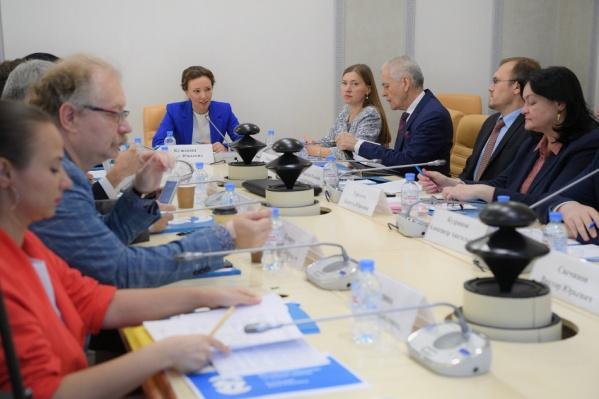 Анна Кузнецова обещала объяснить чиновникам недопустимость «разных столов»