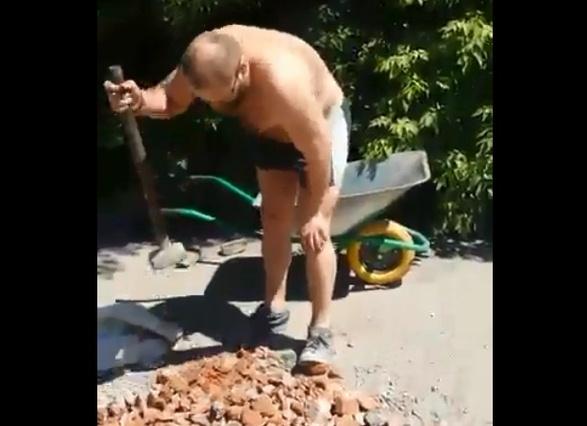 Старательный сосед ремонтирует дорогу