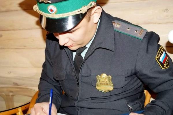 «Должник» вначале поверил мошеннику с корочкой пристава, но потом обратился в полицию