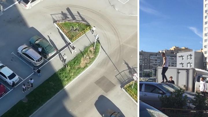 В тюменском ЖК «Суходолье» неизвестный мужчина бегал по крышам машин. Его задержали полицейские