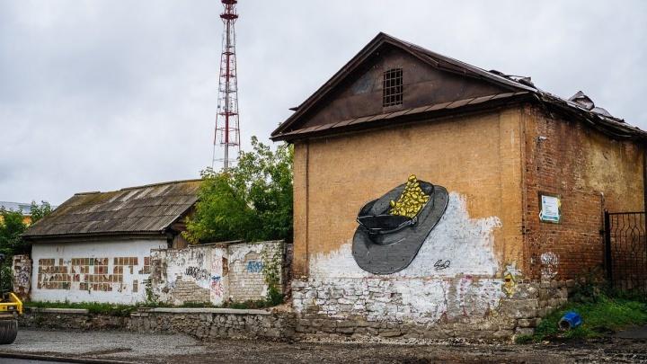 «Полицейская фуражка, полная денег»: в Екатеринбурге появились граффити про коррупцию