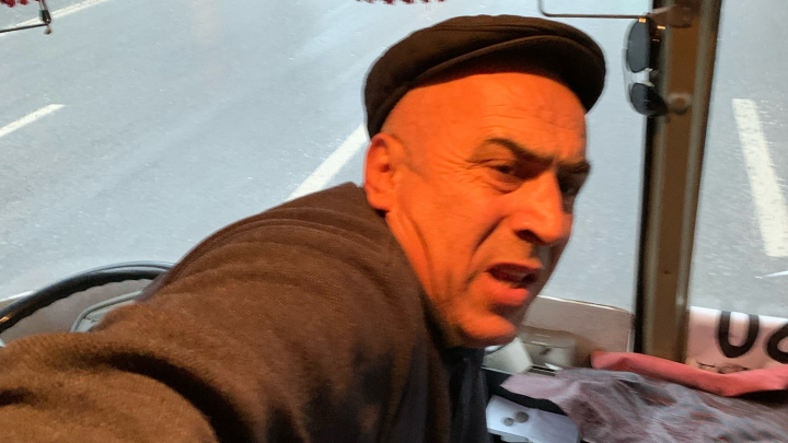 В Уфе водитель пазика подрался с пассажирами из-за сдачи, очевидцы сняли видео