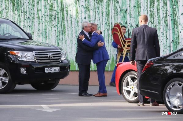Владелец ЧЭМК Александр Аристов продолжил серию обнимашек, но уже не с губернатором, а со вторым лицом области — спикером ЗСО Владимиром Мякушем