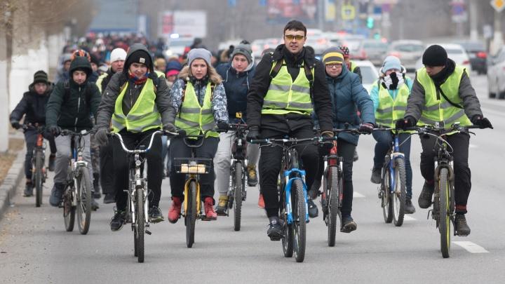 «Адреналин захлестывает»: сотни велосипедистов проехали по замерзающим улицам Волгограда