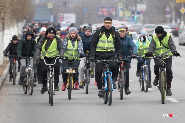 Сотни велосипедистов проехали через три района Волгограда