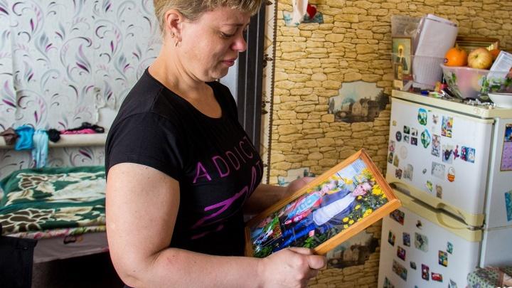 Заплатят по полной: коммунальщиков заставили отдать 3 миллиона матери утонувших в яме детей