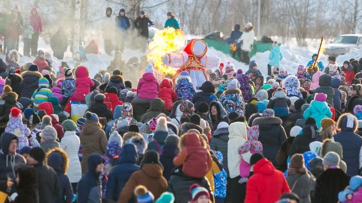 Масленица в Красноярске: где отведать блинов, подраться и залезть на столб за призами