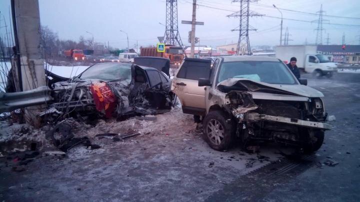 Седан отбросило в столб и смяло: внедорожник в Челябинске устроил жуткое ДТП с пострадавшими