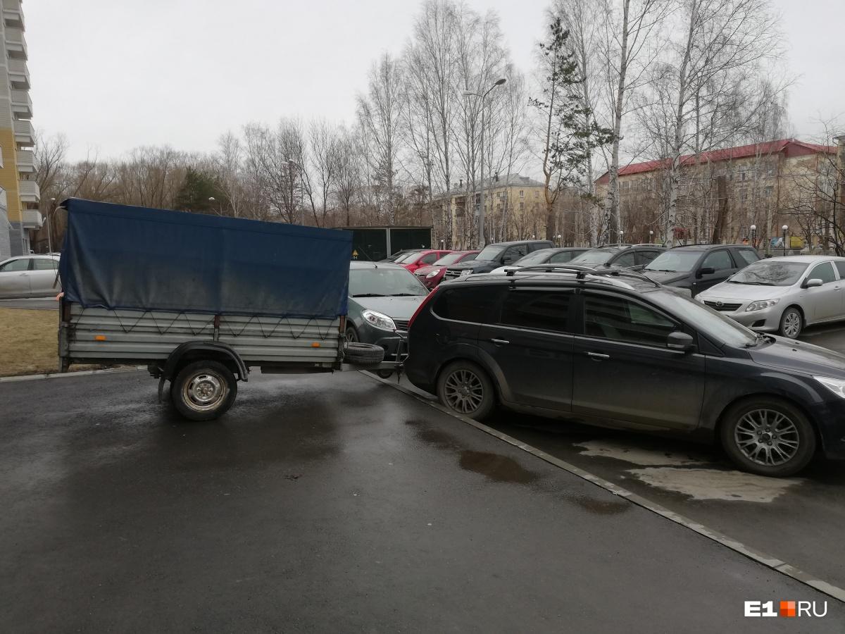 «Я паркуюсь как...»: автохамы с прицепами и наглые водители на паркингах