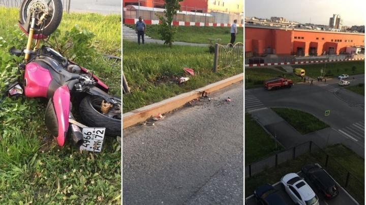 Утром разбились насмерть два человека: мотоциклист с пассажиром врезались в ограждение у «Кристалла»