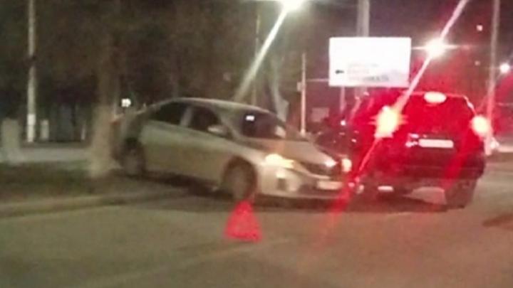 «Вылетели на разделительную клумбу»: в Волгограде в массовую аварию попали три автомобиля