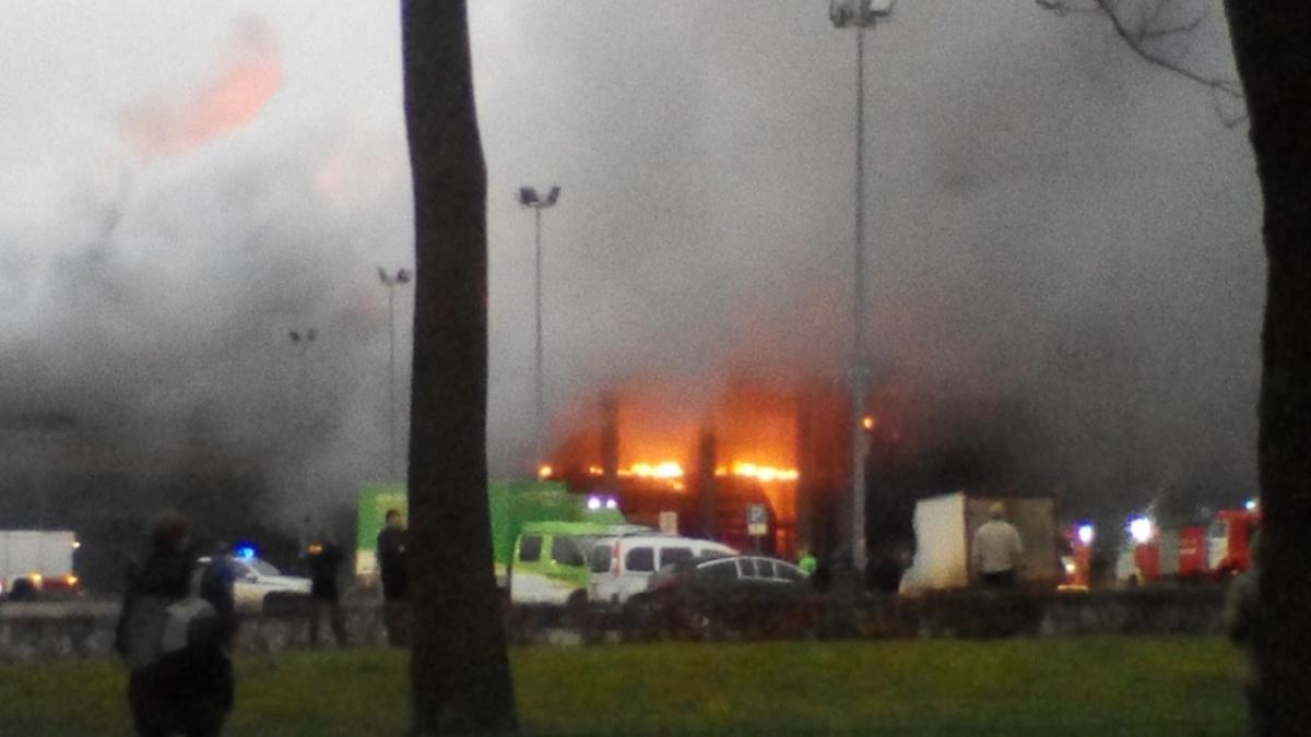 «Еще минута, и мы бы сами загорелись»: в Санкт-Петербурге огонь уничтожил гипермаркет «Лента»