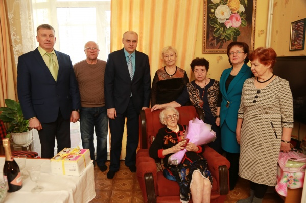 Поздравляют Валентину Ивановну не только близкие, но и чиновники