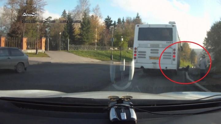 В Тобольске 13-летний подросток хотел перепрыгнуть через канаву, а попал под автобус