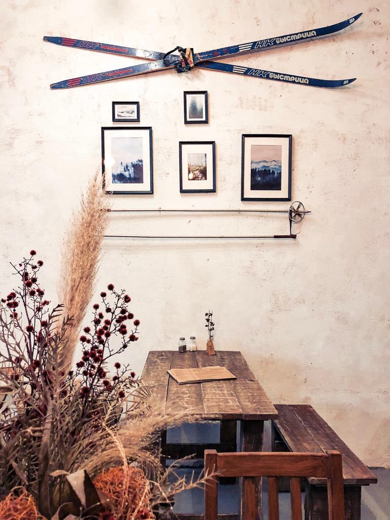 На стене в кофейне висят лыжи, которые привезли из России