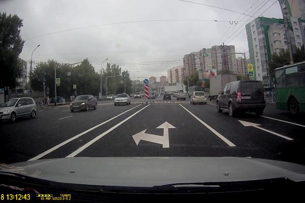 Новая разметка противоречит сигналу светофора, который левый поворот не разрешает