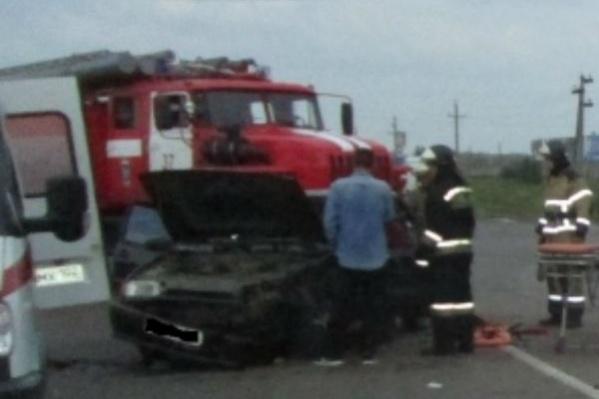 Извлекать раненых из обломков машин помогали спасатели