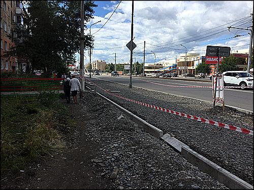 Площадку на месте снесённых павильонов на Красрабе закатывают в тротуар