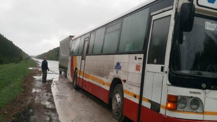 Перевозчик убрал большие автобусы с маршрута после того, как омичи на три часа застряли на трассе
