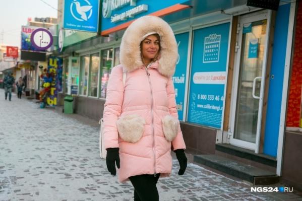 Красноярки уже почувствовали холода и приоделись в модные пуховички